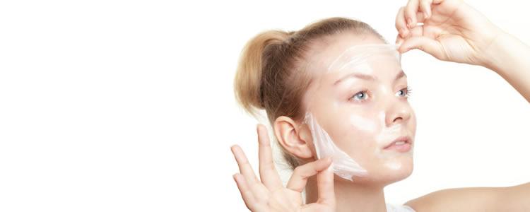 Tratamento Facial em duas visitas: Higienização + Peeling de Diamante + Peeling Químico - Após 10 dias: Hidratação Intensiva + Higienização + Esfoliação