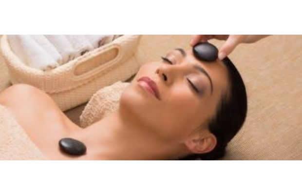 Quer Experimentar A Sensação De Intenso Relaxamento? 1 Sessão De Massagem Facial+ Aplicação De Pedras Quentes Facial